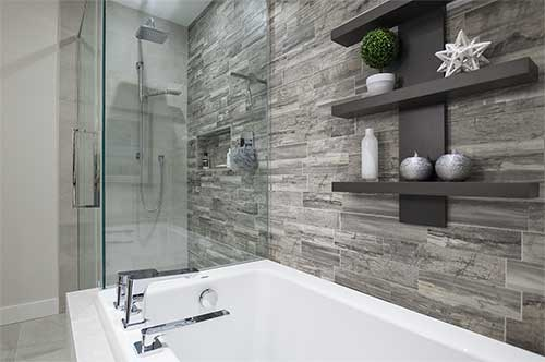 Salle de bain avec mur accent
