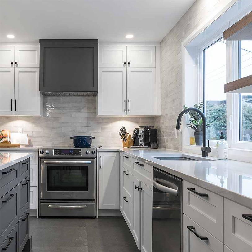image d'une cuisine blanche et grise